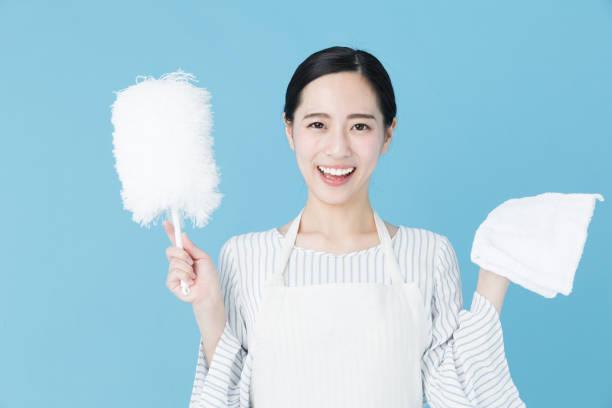 青の背景にイメージをクリーニング若いアジア女性の肖像画 - 家事 ストックフォトと画像