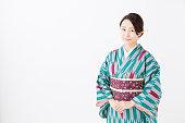 白い背景に分離された着物を着ている若いアジア女性の肖像画
