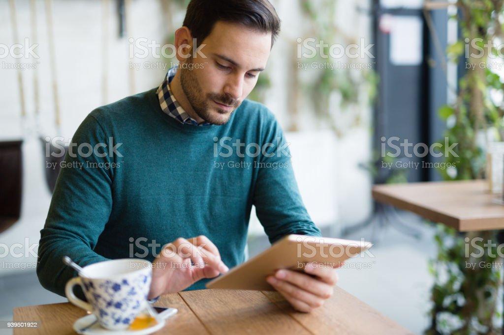 Porträt der jungen attraktiven Mann mit tablet – Foto