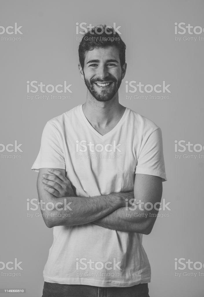 Photo Libre De Droit De Portrait De Jeune Homme Attirant Avec Les Yeux Bleus De Barbe Et Le Beau Sourire Modele De Hipster Millennial Se Sentant Confiant Posant Et Modelant Contre Le