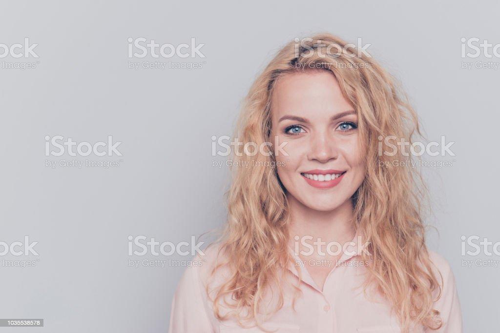 98c53b4f4 Retrato de joven atractiva agradable Linda caucásica pelo rizado rubia niña  sonriente con camisa casual.
