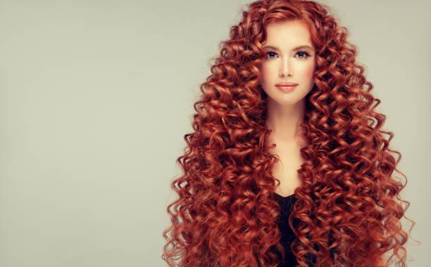 porträt der jungen, attraktiven jungen modell mit unglaublich dichten, langen, lockigen roten haaren. krauses haar. - dauerwelle stock-fotos und bilder