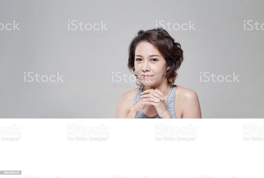 Portret van jonge mooi en gezond met een lege banner - Royalty-free Advertentie Stockfoto