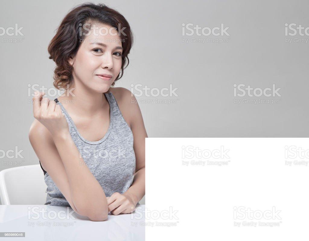 Portrait of young beautiful and healthy with a blank banner - Стоковые фото Азиатского и индийского происхождения роялти-фри