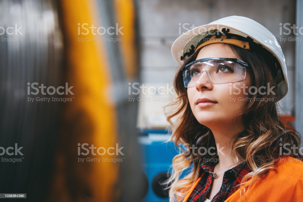 Portrait of young beautiful engineer woman working in factory building. - Royalty-free 20-29 Anos Foto de stock
