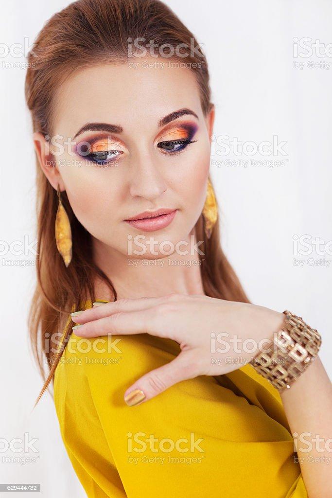 Retrato de menina jovem bonita com maquiagem - foto de acervo