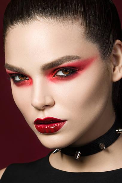 porträt eines jungen schönen gotischen frau - vampir schminken frau stock-fotos und bilder