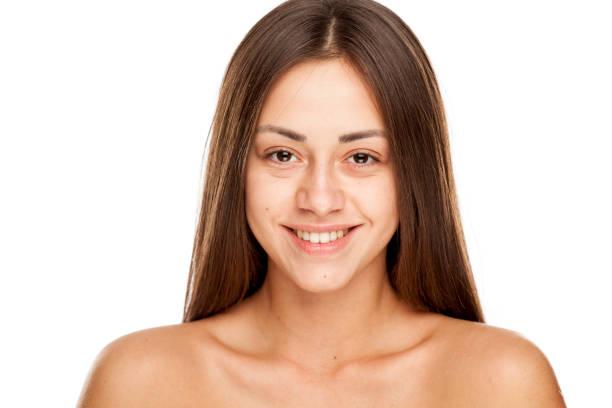 年輕美麗的幸福女人的肖像,沒有化妝的白色背景圖像檔