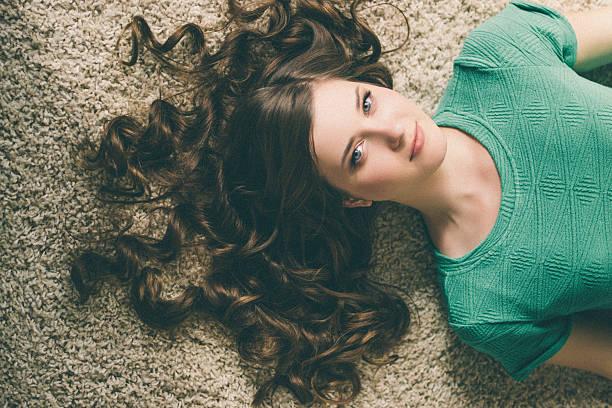 porträt eines jungen schönen modells - haarverlängerungsstile stock-fotos und bilder