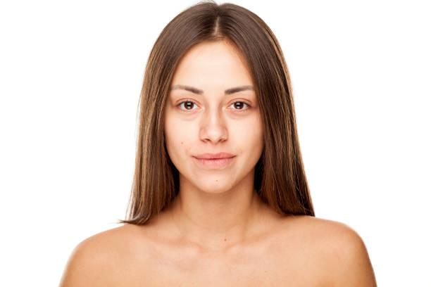 年輕美麗的微笑的女人的肖像,沒有化妝的白色背景圖像檔