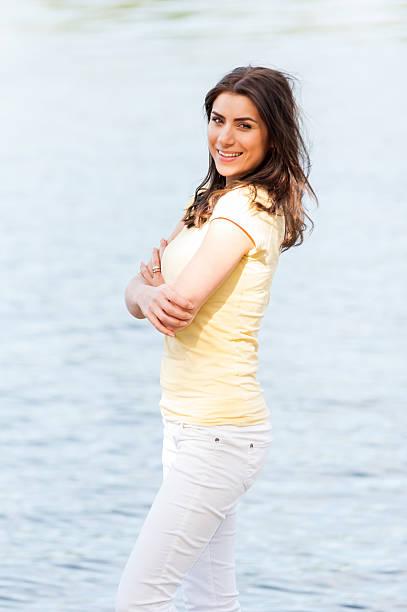портрет молодой красивой женщины против озеро в лето - vlad models стоковые фото и изображения
