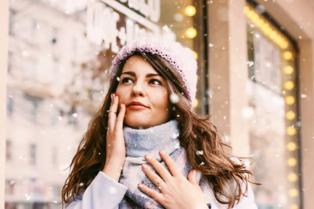 portret van jonge mooie vrouw in de jas en hoed enjoing de fi - portait background stockfoto's en -beelden