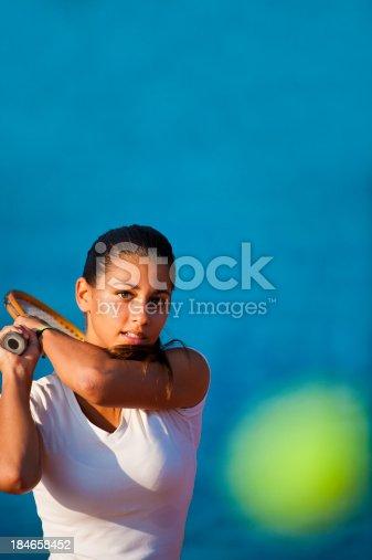 9bb00c9262 istock Mujer jugador de tenis en la cancha. 186574620 istock Mujer ...