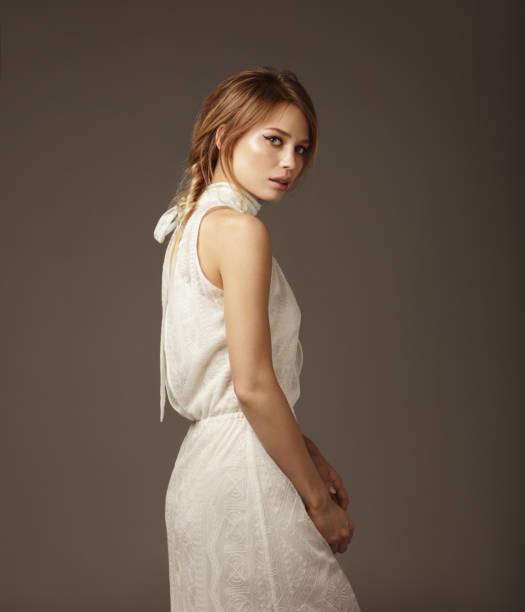 portrait von junge schöne frau trägt spitzenkleid - vintage spitze stock-fotos und bilder