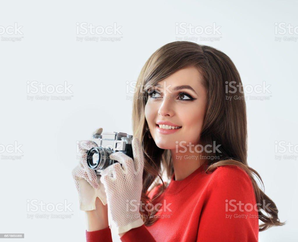 Portrait von junge schöne Frau mit Foto-Kamera im retro-Stil – Foto