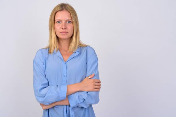 porträt der jungen schönen frau mit gekreuzten armen - blusenkleid stock-fotos und bilder