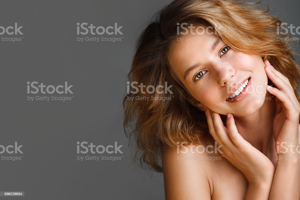 Portrait of young beautiful woman with bare shoulders and fresh foto royalty-free