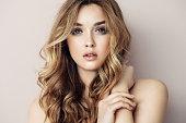 エレガントな化粧と完璧な髪型の若い美しい女性の肖像画