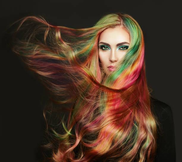 portrait von junge schöne frau mit langen haare fliegen - regenbogen make up stock-fotos und bilder
