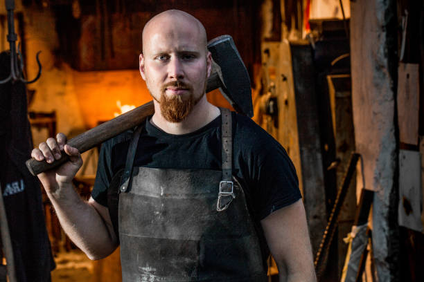 porträtt av unga smed holding hammare - hovslagare bildbanksfoton och bilder