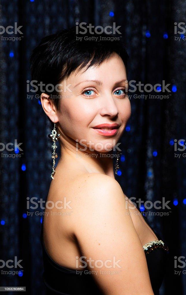 Maquillaje Retrato De Pelo Joven Corto Morena Mujer Con Y Fiesta JlFK1c