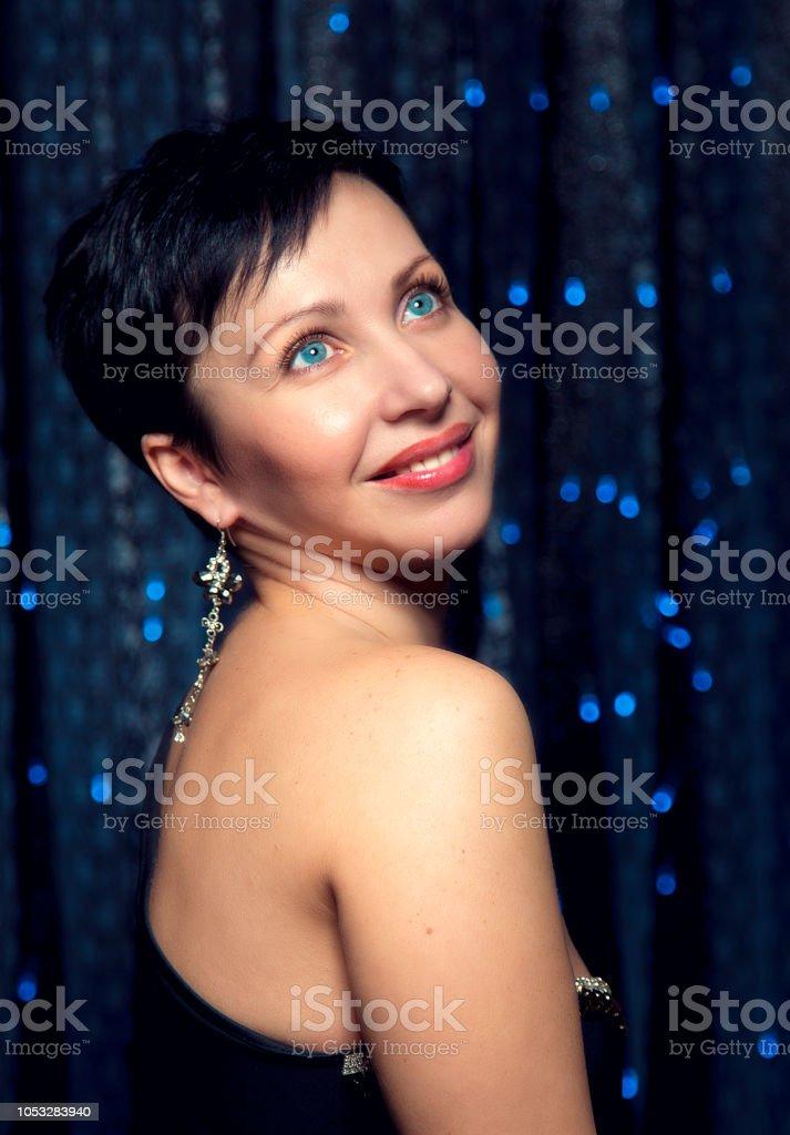 Retrato De Joven Mujer Morena Con Pelo Corto Y Maquillaje De