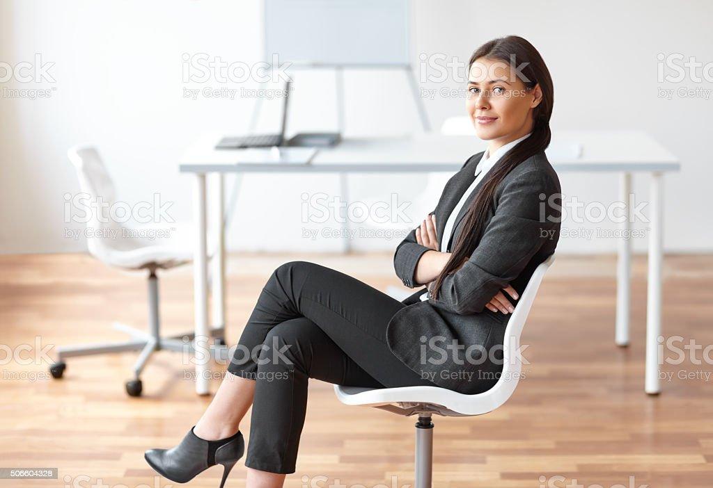 Porträt von Junge business-Frau sitzend auf einem Stuhl – Foto