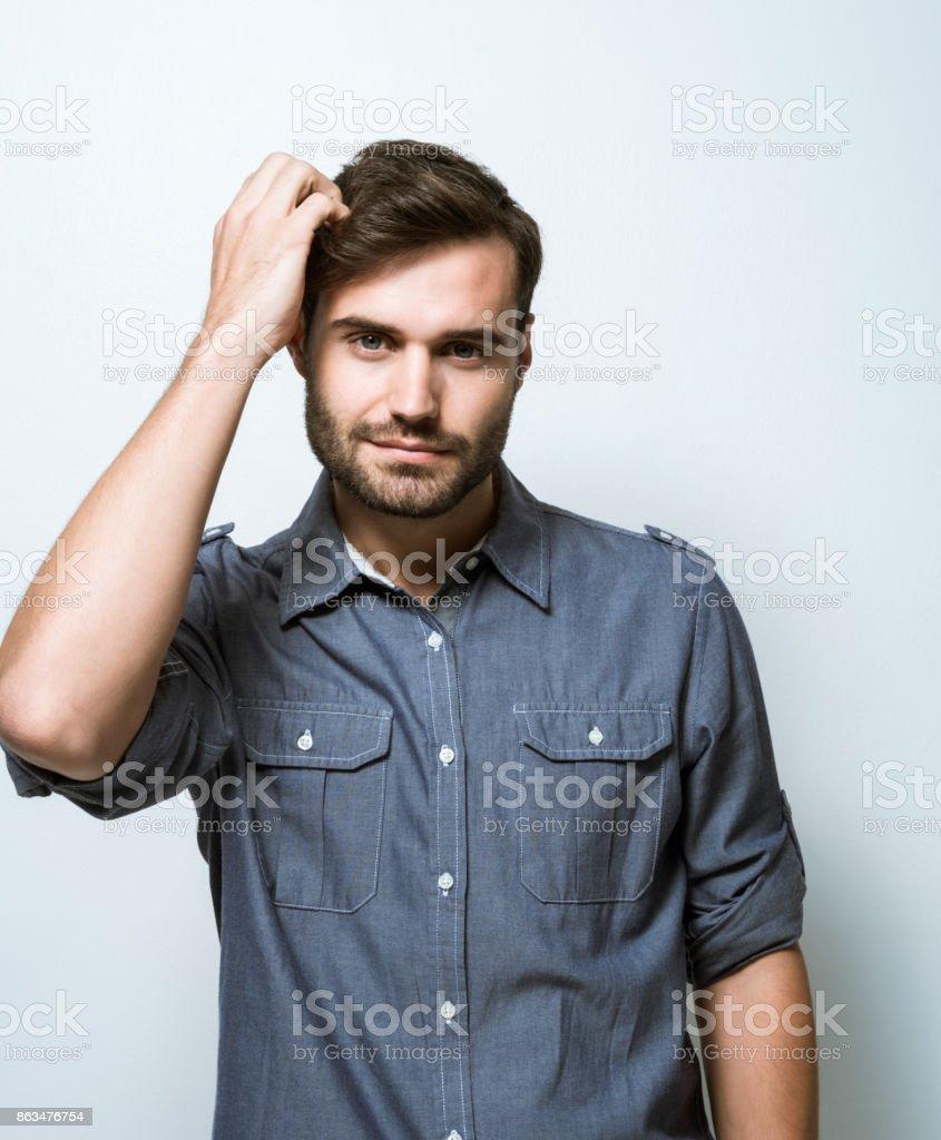 頭をかく青年実業家の肖像画 1人のストックフォトや画像を多数ご用意 Istock