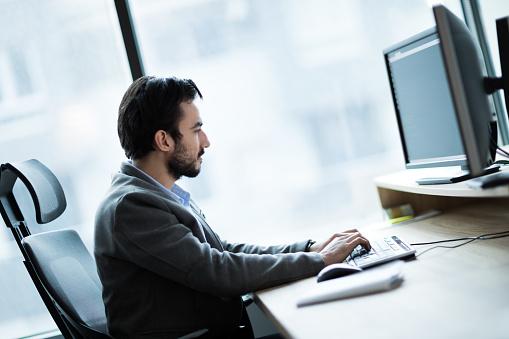 컴퓨터에서 작업 하는 젊은 사업가의 초상화 경영자에 대한 스톡 사진 및 기타 이미지