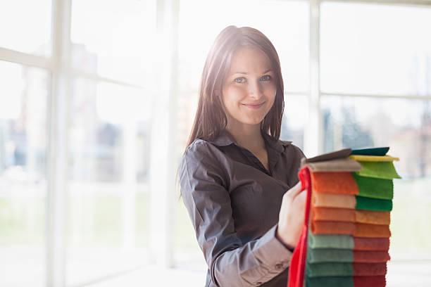 Porträt der jungen Geschäftsfrau im Büro wählen-Einsätze – Foto