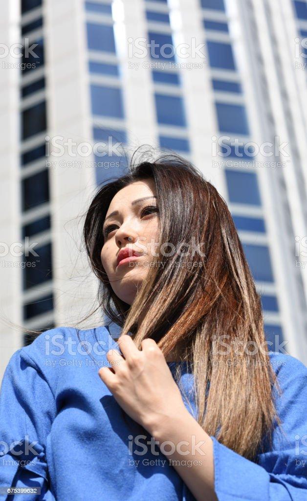 Portrait of young businesswoman in front of office building photo libre de droits