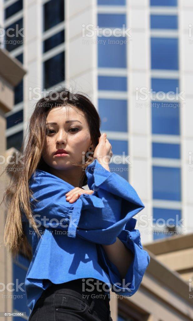 Ofis binası önünde genç işkadını portresi royalty-free stock photo