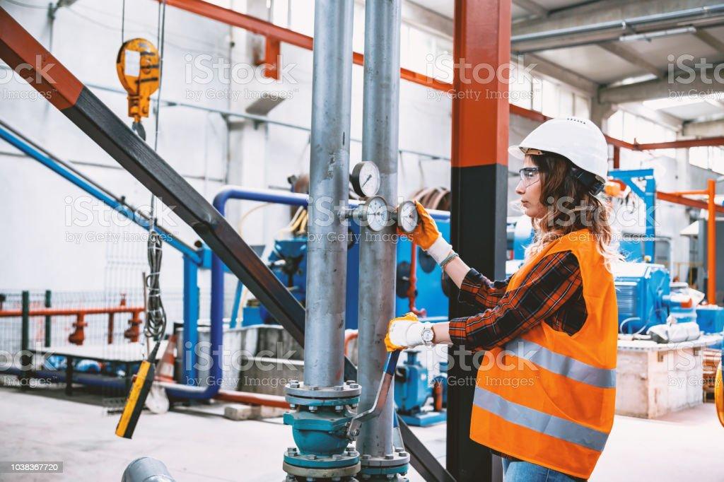 Porträt des jungen geschäftsfrau mit Kugelhähne in Fabrik arbeiten – Foto