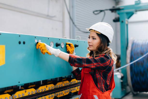 porträtt av ung affärskvinna arbetar med kulventiler i fabrik - kvinna ventilationssystem bildbanksfoton och bilder