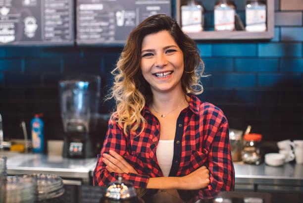 porträt des jungen coffee-shop besitzer geschäftsfrau - super torte stock-fotos und bilder