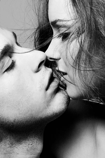 Retrato de jovem casal prestes a se beijar, preto e branco - foto de acervo