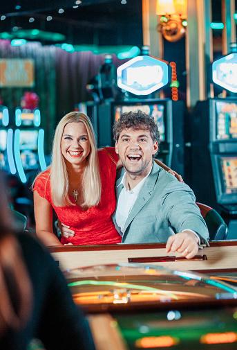 ✓ Imagen de Elegante par en un Casino mesa de póker Fotografía de Stock