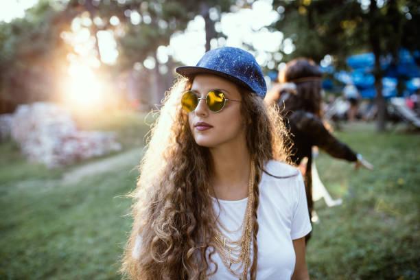 porträt des jungen lockiges mädchenakt, zubehör - tanz camp stock-fotos und bilder