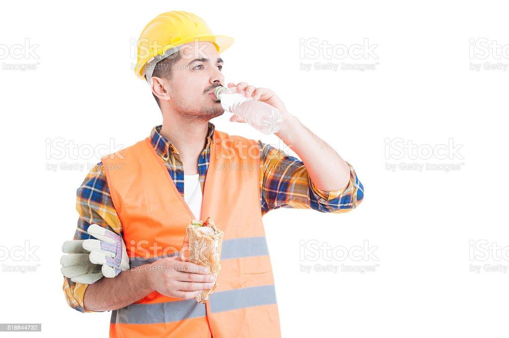 Porträt von junger Ingenieur Essen ein Sandwich und Mineralwasser – Foto