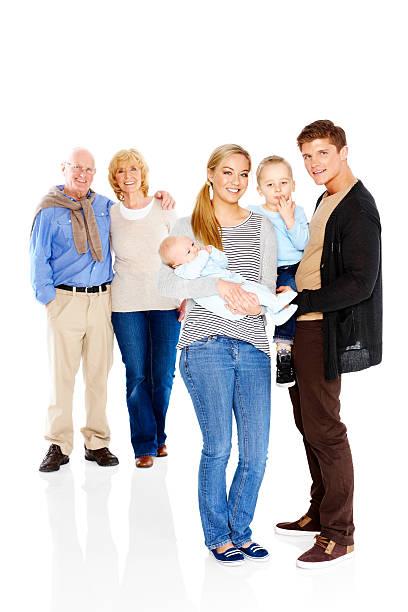 Retrato de familia joven parado sobre blanco - foto de stock