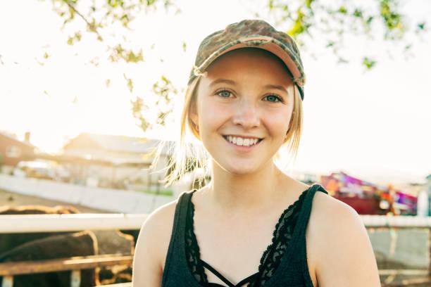 portrait du travailleur de ferme jeune souriant - fille 16 ans photos et images de collection