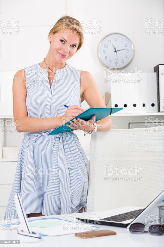 Retrato de joven mujer en vestido con el portapapeles de office - Foto de stock de 30-34 años libre de derechos