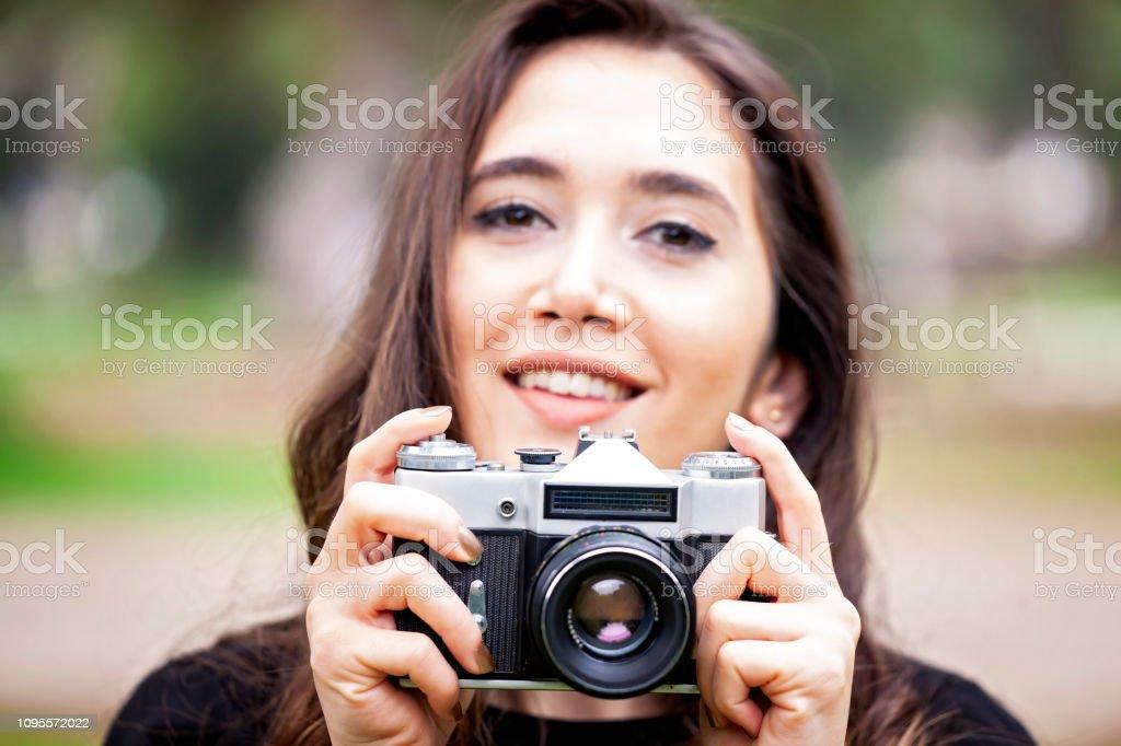 Genç kadın fotoğrafçı portresi stok fotoğrafı