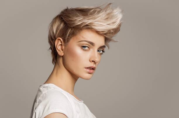 portrait de jeune fille avec la coiffure blonde fashion - coiffure photos et images de collection