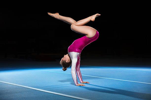 ポートレートの競合する若い gymnasts のスタジアム - 体操競技 ストックフォトと画像