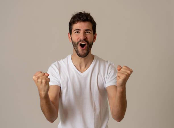 Porträt des jungen glücklichen und aufgeregten Mannes gewinnt die Lotterie feiert Ziel oder großen Erfolg mit stolzen Gesicht. In der menschlichen Erfolgs-und Gesichtsauserpresseversionen und positiven menschlichen Emotionen. – Foto