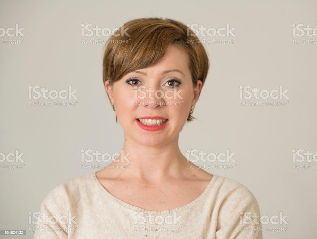 영 행복 하 고 달콤한 미소와 쾌활 한 감정과 여성 성공 개념에도 배경에 고립 된 카메라를 보고 긍정적인 얼굴 표정에서 그녀의 30 대에 꽤 빨간 머리 여자의 초상화 - 로열티 프리 30-39세 스톡 사진