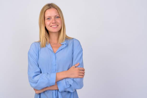porträt einer jungen glücklichen frau lächelnd mit gekreuzten armen - blusenkleid stock-fotos und bilder