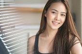 清潔な肌で笑顔の若い健康なアジア人女性の肖像画