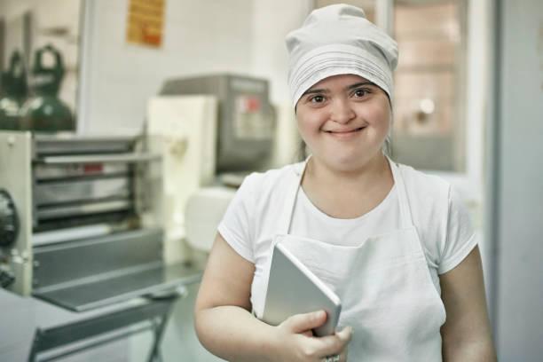 Porträt der jungen hispanischen Arbeiterin in der Pastafabrik – Foto